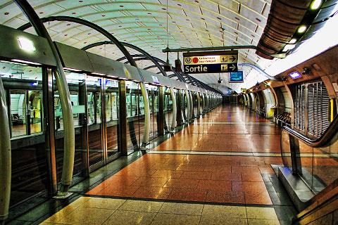 Topaz Adjust - ピラミッド駅
