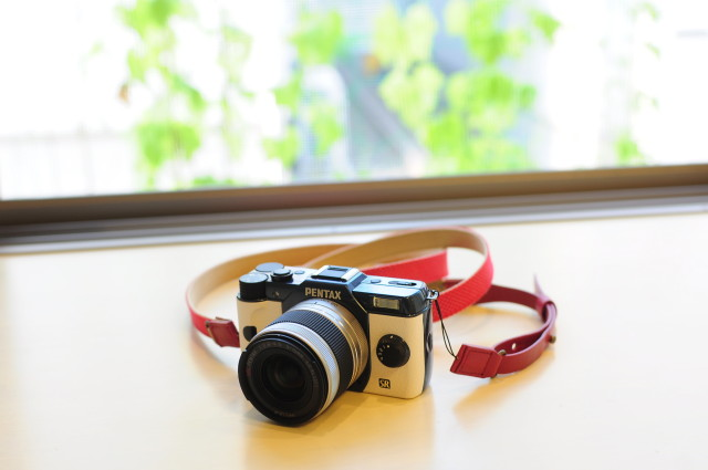 Pentax Q7 & 女子カメラ風ストラップ