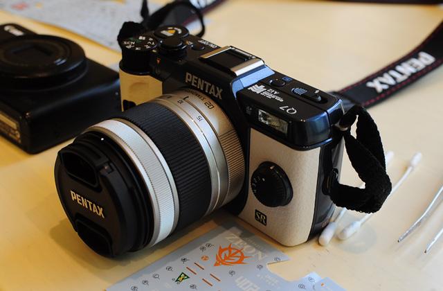 Pentax Q7をガンダムデカールでデコってぷち痛カメラ化してみた。